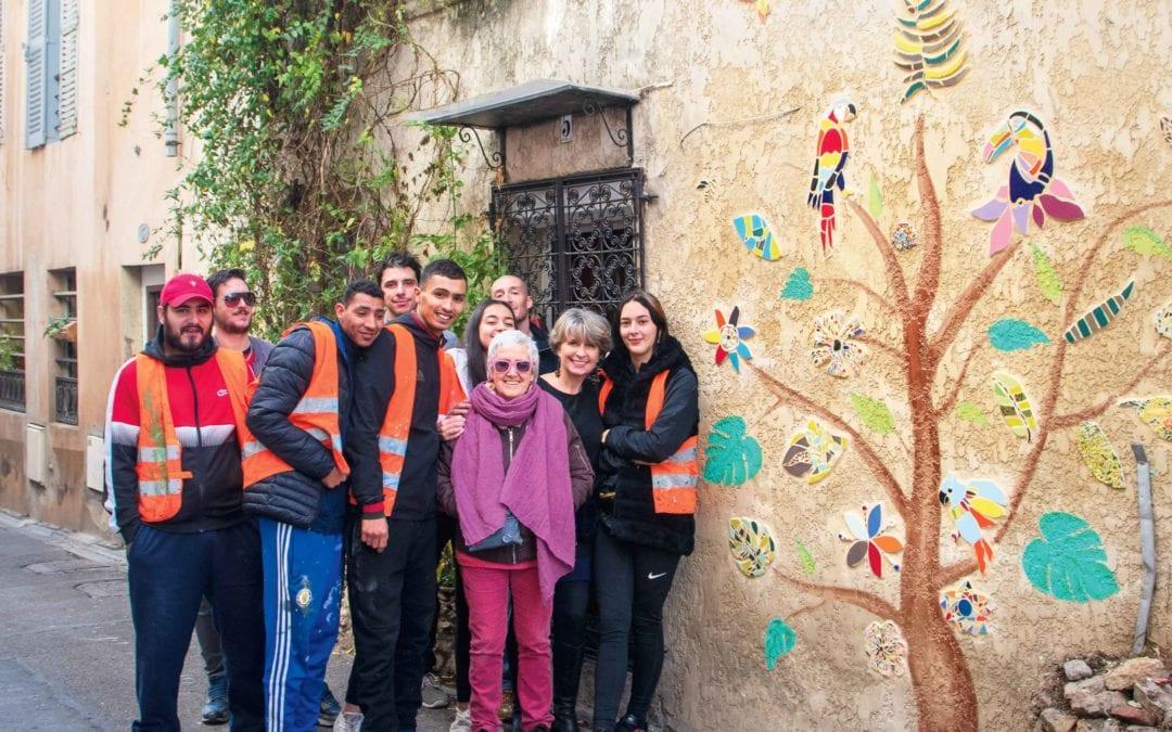Ils font fleurir des mosaïques sur les murs
