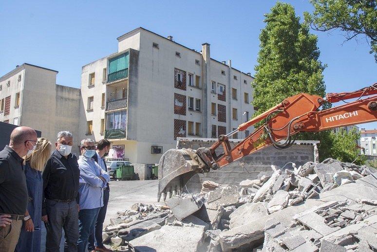 Le maire Jean-Paul Fournier et ses adjoints Marc Taulelle, François Courdil, Carole Solana devant les garages démolis