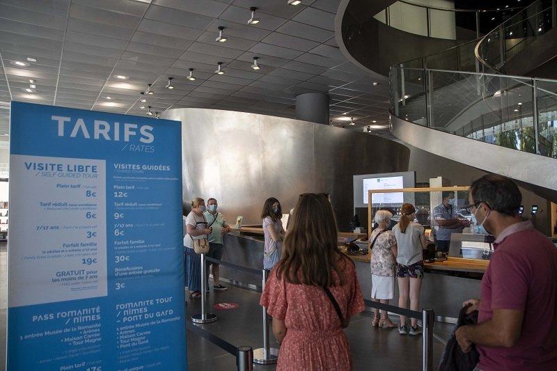 Des touristes font la queue à l'entrée du Musée de la Romanité