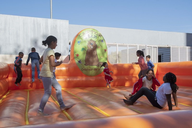Des enfants s'amusent sur une structure gonflable