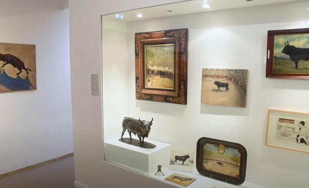 Le musée des Cultures taurines expose divers objets et œuvres relatives au taureau et aux loisirs associés