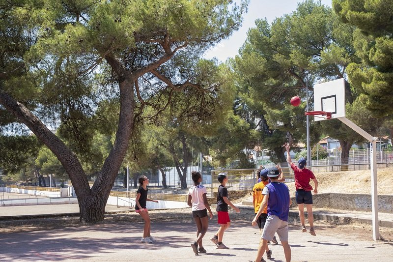 Enfants jouant au basket en extérieur
