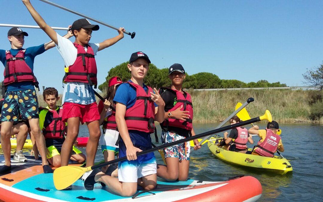Jeunes faisant du paddle collectif et du canoé sur l'étang du Grau du Roi