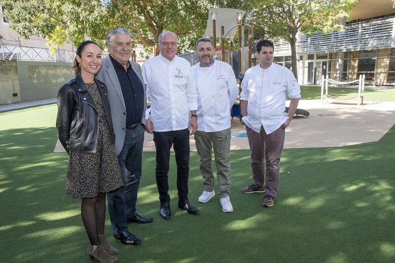 Jean-Paul Fournier et son élue à la restuaration Aurélie Prohin posent aux côtés des chefs Michel Kayser, Jérôme Nutile et Damien Sanchez